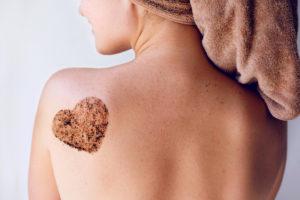 gommage pour l'acné du dos